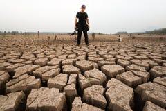 Στάση φωτογράφων ατόμων στη σύσταση ξηρασίας με το επικεφαλής κρανίο Στοκ φωτογραφίες με δικαίωμα ελεύθερης χρήσης