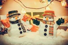 Στάση χιονανθρώπων μεταξύ του σωρού του χιονιού στη σιωπηλή νύχτα με μια λάμπα φωτός, μια Χαρούμενα Χριστούγεννα και μια νέα νύχτ Στοκ Εικόνα