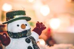 Στάση χιονανθρώπων μεταξύ του σωρού του χιονιού στη σιωπηλή νύχτα, φως επάνω η ελπίδα και η ευτυχία στη Χαρούμενα Χριστούγεννα κα Στοκ Εικόνες