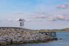 Στάση Lifeguard seacoast στον ορίζοντα Στοκ φωτογραφία με δικαίωμα ελεύθερης χρήσης