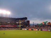 Στάση Outfielders απατεωνών μεταξύ των παιχνιδιών στοκ εικόνα με δικαίωμα ελεύθερης χρήσης