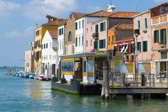Στάση Vaporetto - η αποβάθρα της κινηματογράφησης σε πρώτο πλάνο ` Tre Archi ` σε ένα ηλιόλουστο απόγευμα, Βενετία Στοκ φωτογραφία με δικαίωμα ελεύθερης χρήσης