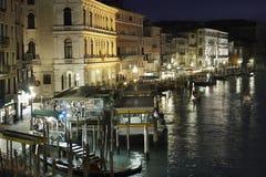 Στάση Vaporetto Rialto, Βενετία - σκηνή νύχτας Στοκ εικόνες με δικαίωμα ελεύθερης χρήσης