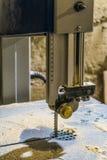 Στάσιμη επαγγελματική ηλεκτρική κινηματογράφηση σε πρώτο πλάνο μηχανών τορνευτικών πριονιών Πριονίζοντας μηχανή ξυλουργικής Στοκ φωτογραφίες με δικαίωμα ελεύθερης χρήσης
