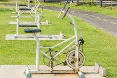 Στάσιμο περιστρεφόμενο ποδήλατο άσκησης στοκ εικόνα