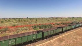 Στάσιμο φορτηγό τρένο με τα κενά εμπορευματοκιβώτια φορτίου φιλμ μικρού μήκους
