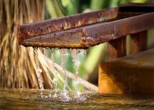 Στάλαγμα νερού σπινθηρίσματος σαφές στοκ εικόνα με δικαίωμα ελεύθερης χρήσης