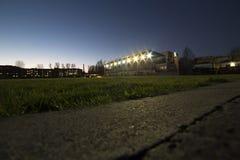 Στάδιο με την αθλητική δυνατότητα βραδιού Στοκ Εικόνες