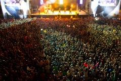 Στάδιο με το γιγαντιαίο πλήθος Στοκ εικόνα με δικαίωμα ελεύθερης χρήσης