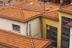 Στέγες αργίλου που διαμορφώνουν τις μορφές στο Ο Πόρτο, Πορτογαλία Στοκ φωτογραφία με δικαίωμα ελεύθερης χρήσης