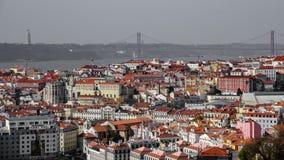 Στέγες με τη γέφυρα που δημιουργεί μια γραμμή στον ορίζοντα της Λισσαβώνας Στοκ εικόνες με δικαίωμα ελεύθερης χρήσης