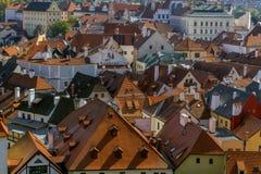 Στέγες που κατασκευάζονται με τα κόκκινα κεραμίδια στην παλαιά πόλη Cesky Krumlov Στοκ Εικόνα