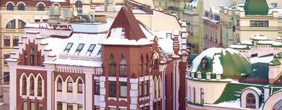 Στέγες που καλύπτονται ζωηρόχρωμες με το χιόνι Στοκ φωτογραφία με δικαίωμα ελεύθερης χρήσης