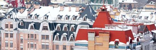 Στέγες που καλύπτονται ζωηρόχρωμες με το χιόνι Στοκ εικόνες με δικαίωμα ελεύθερης χρήσης