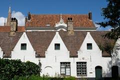Στέγες στη Μπρυζ, Βέλγιο, που φωτογραφίζεται από τον κήπο των πτωχοκομείων Meulenaere και Αγίου Joseph Στοκ εικόνες με δικαίωμα ελεύθερης χρήσης
