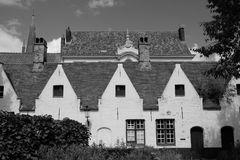 Στέγες στη Μπρυζ, Βέλγιο, που φωτογραφίζεται από τον κήπο των πτωχοκομείων Meulenaere και Αγίου Joseph Στοκ Εικόνες