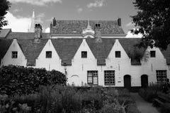 Στέγες στη Μπρυζ, Βέλγιο, που φωτογραφίζεται από τον κήπο των πτωχοκομείων Meulenaere και Αγίου Joseph Στοκ φωτογραφία με δικαίωμα ελεύθερης χρήσης