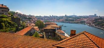 Στέγες τερακότας που αγνοούν τον ποταμό Douro στο Πόρτο Πορτογαλία στοκ εικόνα