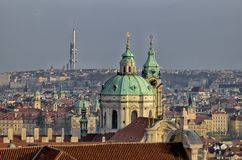 Στέγες της εκκλησίας της Πράγας & St.Nicholas Στοκ εικόνα με δικαίωμα ελεύθερης χρήσης