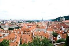 Στέγες της πόλης στην Πράγα Στοκ φωτογραφία με δικαίωμα ελεύθερης χρήσης