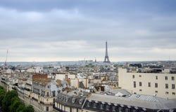 Στέγες του Παρισιού με τον πύργο του Άιφελ στο υπόβαθρο Στοκ Φωτογραφία
