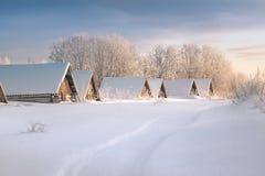 Στέγες των κελαριών πέρα από το χιόνι στο χειμερινό τομέα στο πρωί, επιδιορθώσεις για το χειμώνα στοκ εικόνες με δικαίωμα ελεύθερης χρήσης