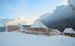 Στέγες των ξύλινων καμπινών κάτω από το χιόνι Στοκ φωτογραφία με δικαίωμα ελεύθερης χρήσης