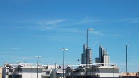 Στέγες των σπιτιών ενάντια στο μπλε ουρανό στοκ εικόνες