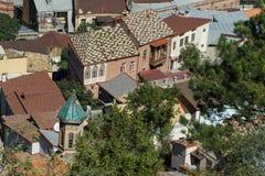 Στέγες των σπιτιών στο κέντρο της παλαιάς πόλης κατά την εναέρια άποψη του Tbilisi από το φρούριο Narikala, Γεωργία Στοκ Εικόνα