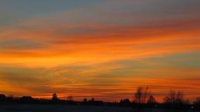 Στέγες χειμερινών ηλιοβασιλέματος και σπιτιών Στοκ Φωτογραφίες