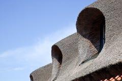 Στέγη από ένα άχυρο σε ένα σπίτι Στοκ Εικόνες