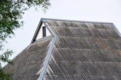 Στέγη από την παλαιά πλάκα στέγη σπιτιών Ζαρωμένη πλάκα Στοκ φωτογραφία με δικαίωμα ελεύθερης χρήσης
