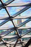 Στέγη γυαλιού του κτηρίου με τις απόψεις του ουρανοξύστη κατευθείαν Στοκ Εικόνα