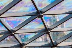 Στέγη γυαλιού του κτηρίου με τις απόψεις του ουρανοξύστη κατευθείαν Στοκ Φωτογραφία