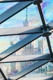 Στέγη γυαλιού του κτηρίου με τις απόψεις του ουρανοξύστη κατευθείαν Στοκ φωτογραφίες με δικαίωμα ελεύθερης χρήσης