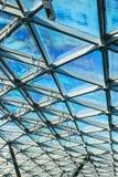 Στέγη γυαλιού του κτηρίου με τις απόψεις του ουρανού Στοκ φωτογραφία με δικαίωμα ελεύθερης χρήσης