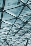 Στέγη γυαλιού του κτηρίου με τις απόψεις του ουρανού Στοκ εικόνες με δικαίωμα ελεύθερης χρήσης