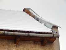 Στέγη διαμερισμάτων με το όμορφο άσπρο χιόνι Στοκ Φωτογραφία