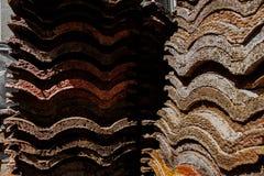 Στέγη ενός παλαιού αγροτικού σπιτιού, παλαιά κεραμίδια στεγών Στοκ φωτογραφίες με δικαίωμα ελεύθερης χρήσης