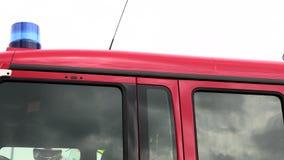 Στέγη ενός πυροσβεστικού οχήματος με έναν μπλε ηλεκτρικό φακό φιλμ μικρού μήκους