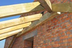 Στέγη-ζευκτόντα Κλείστε επάνω στην εγκατάσταση των ξύλινων ακτίνων στην κατασκευή το σύστημα ζευκτόντων στεγών του σπιτιού Κατασκ Στοκ εικόνες με δικαίωμα ελεύθερης χρήσης