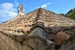 Στέγη με έναν πύργο κουδουνιών στοκ φωτογραφία με δικαίωμα ελεύθερης χρήσης