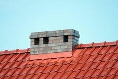 Στέγη με την καπνοδόχο, σύγχρονο κεραμικό κεραμίδι Στοκ Εικόνες