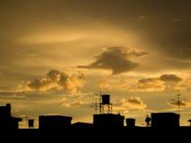 Στέγη με τον ουρανό βραδιού στοκ φωτογραφία