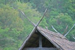 Στέγη που γίνεται από το μπαμπού και το σανό στο δάσος στοκ εικόνες