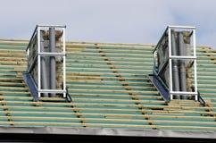 Στέγη σπιτιών και χώρος εργασίας επισκευής δύο καπνοδόχων Στοκ Εικόνες