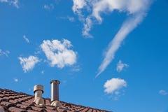 Στέγη σπιτιών με δύο σωλήνες καπνοδόχων Στοκ Φωτογραφία