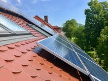 Στέγη σπιτιών με τα ηλιακά πλαίσια στην κορυφή Στοκ εικόνα με δικαίωμα ελεύθερης χρήσης