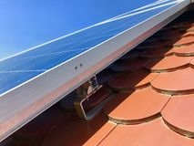 Στέγη σπιτιών με τα ηλιακά πλαίσια στην κορυφή Στοκ εικόνες με δικαίωμα ελεύθερης χρήσης