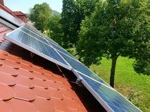 Στέγη σπιτιών με τα ηλιακά πλαίσια στην κορυφή Στοκ φωτογραφίες με δικαίωμα ελεύθερης χρήσης